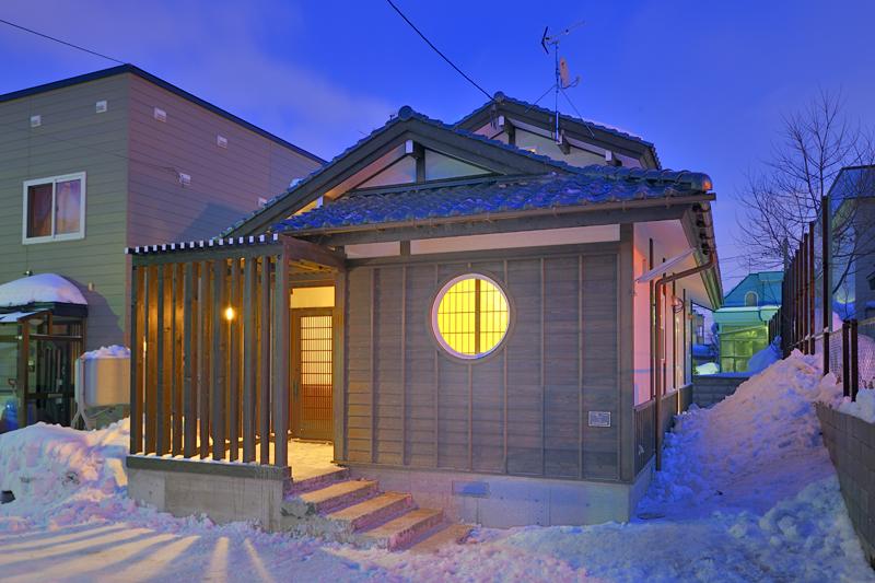 写真:古民家の風情を表現した瓦屋根と大きな梁 〜札幌市北区 中田邸〜(1)