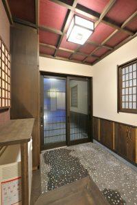 写真:古民家の風情を表現した瓦屋根と大きな梁 〜札幌市北区 中田邸〜(2)